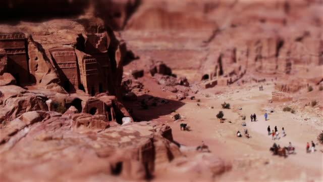 vídeos de stock e filmes b-roll de tilt shift miniature effect of the archaeological site in petra, jordan, middle east. - petra