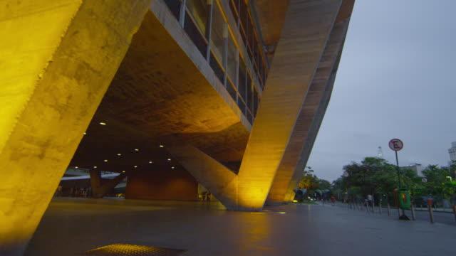 tilt shot of a building in the city in rio de janeiro, brazil - beton stock-videos und b-roll-filmmaterial