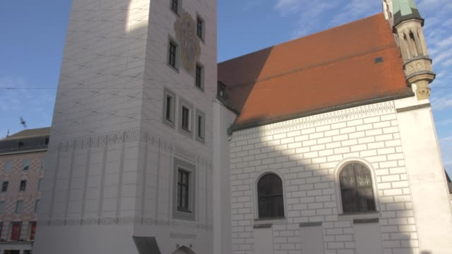 tilt shot of old town hall from peterplatz, munich, bavaria, germany, europe - rathaus stock videos & royalty-free footage