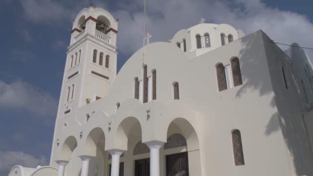 tilt shot of panagia mesani orthodox church, in emporio, santorini, greek islands, greece, europe - insel santorin stock-videos und b-roll-filmmaterial