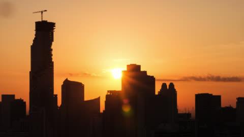 tilt skott av soluppgången över staden - varmt ljus bildbanksvideor och videomaterial från bakom kulisserna