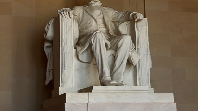 tilt shot of the abraham lincoln statue inside the lincoln memorial in washington dc - lincolndenkmal stock-videos und b-roll-filmmaterial