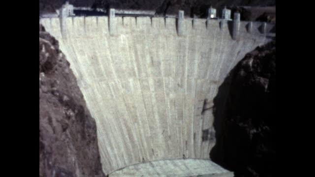 tilt shot of the hoover dam - hoover staudamm stock-videos und b-roll-filmmaterial