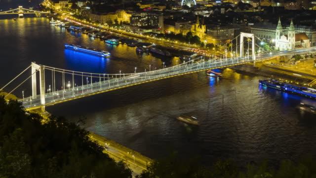 vidéos et rushes de tilt tl: paysage urbain de budapest sur le pont elisabeth la nuit de la colline du château - culture hongroise