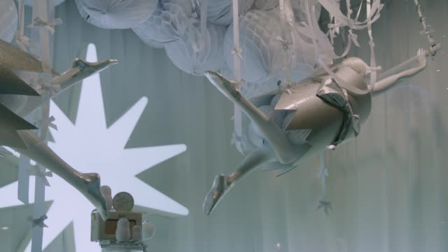 Tilt to mannequin in cracker in Selfridges window display