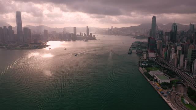 inclina il porto aereo di victoria e lo skyline urbano di hong kong - victoria hong kong video stock e b–roll