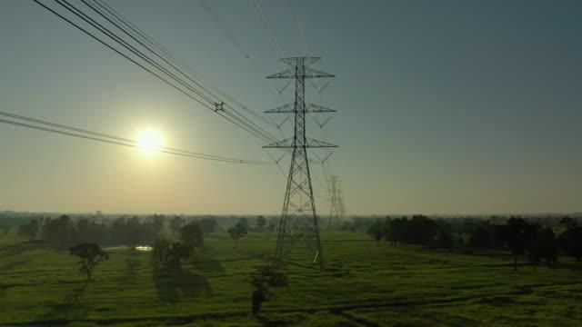 stockvideo's en b-roll-footage met tilt luchtfoto van de elektriciteitsmasten op - stroomtransformator