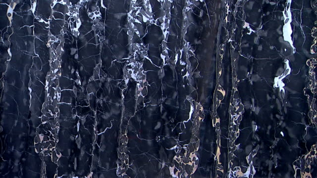 stockvideo's en b-roll-footage met tilt up along the patterns of a black marble stone. - marmer