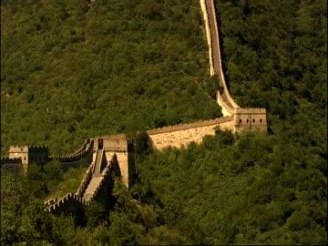 tilt up and pans along great wall of china, mutianyu, china - mutianyu stock videos & royalty-free footage