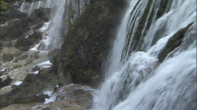 tilt up and zoom out from waterfall, jiuzhaigou, china - 四川省点の映像素材/bロール