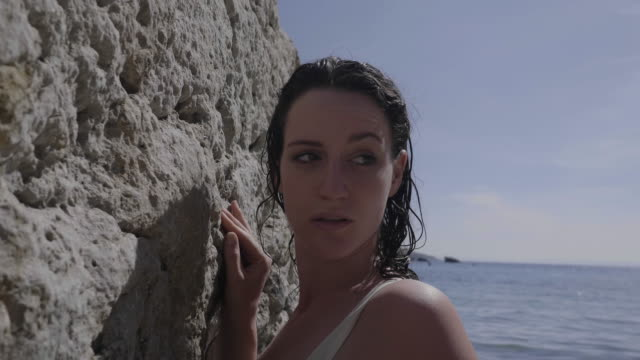 vídeos y material grabado en eventos de stock de tilt up, caucasian model wearing bikini poses on croatia beach - cultura croata