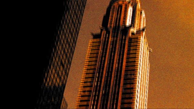stockvideo's en b-roll-footage met grainy cross process tilt up chrysler building in new york city - cross processen