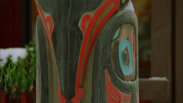 tilt up colourfully painted totem pole, alaska available in hd. - indigenous peoples of the americas stock videos & royalty-free footage