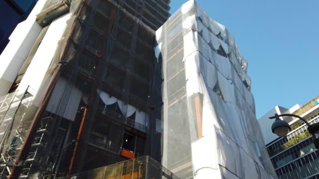 tilt up construction site - panoramicare verticalmente video stock e b–roll