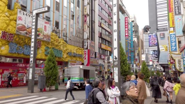 Crowd auf Kabukicho in Tokio, Japan