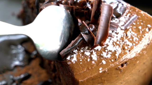 vidéos et rushes de inclinaison vers le haut de gâteau au chocolat coupe se bouchent. - dessert