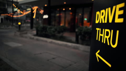 vídeos y material grabado en eventos de stock de incline hacia arriba a través de la tienda de signos - restaurante de comida rápida