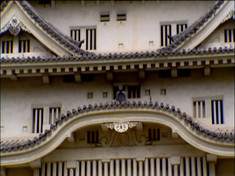 tilt up facade of himeji castle japan - 城点の映像素材/bロール