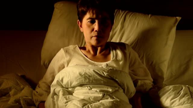 tilta upp bilder av kvinnan i sängen som lider av sömnlöshet. mardröm problem - kudde sängkläder bildbanksvideor och videomaterial från bakom kulisserna