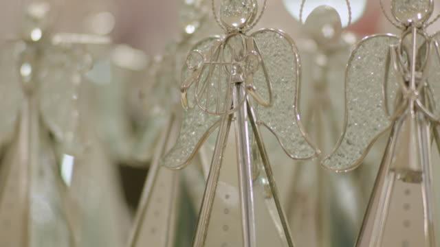 stockvideo's en b-roll-footage met tilt up freestanding angel-shaped christmas decorations. - vrouwelijke gestalte