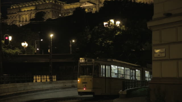 tilt up from 41 tram to buda castle - königlicher palast von buda stock-videos und b-roll-filmmaterial