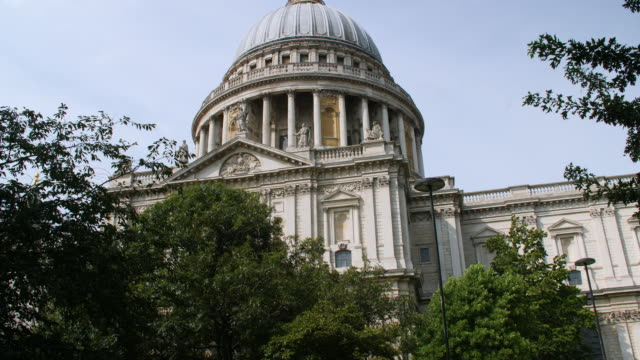 tilt up from busy street to the dome of st paul's cathedral - anglican stock videos & royalty-free footage