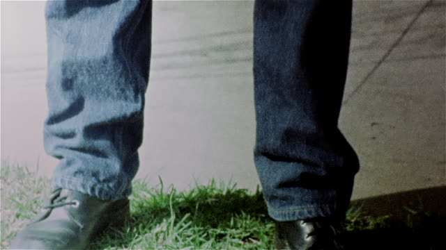 vidéos et rushes de tilt up from feet of woman walking up to camera to woman's face looking at camera - procédé croisé