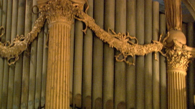 tilt up from organ pipes to angle statue and ornate ceiling, grainy - パイプオルガン点の映像素材/bロール