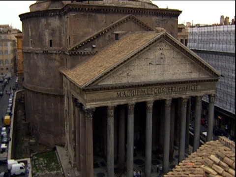 tilt up from portico to dome of pantheon rome - architrav stock-videos und b-roll-filmmaterial