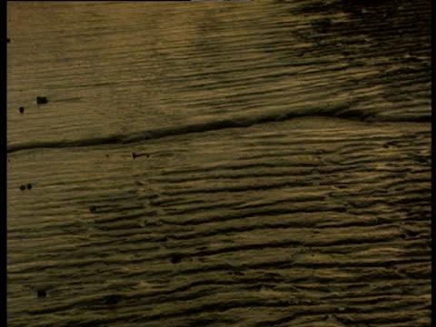 vídeos de stock, filmes e b-roll de tilt up from ripples in muddy sand to twin chimneys in urban landscape - rio tâmisa