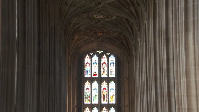 vídeos y material grabado en eventos de stock de tilt up from stained glass windows to an ornate ceiling in st george's chapel, windsor castle. - columna arquitectónica