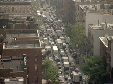 tilt up from traffic jam to dense haze of pollution - 長さ点の映像素材/bロール