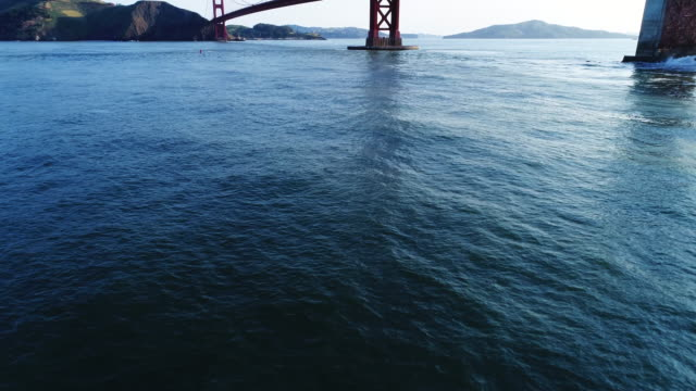 vídeos de stock, filmes e b-roll de tilt up, golden gate bridge in california - inclinando se
