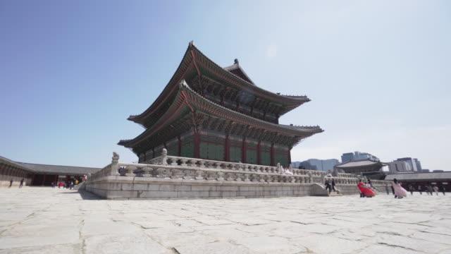 tilt up, gyeongbokgung palace in south korea - 韓国点の映像素材/bロール
