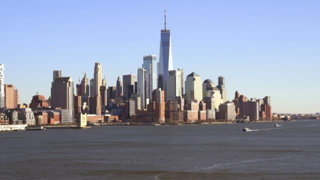 stockvideo's en b-roll-footage met 4k uhd tilt up: hoge hoek bekijk de skyline van manhattan downtown 's avonds voor zonsondergang. travel destination en iconisch mijlpaalconcept. - gekanteld