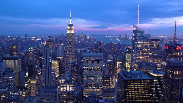 vidéos et rushes de tilt up: vue en angle élevé du coucher du soleil de manhattan nyc new york. paysage urbain de style de vie américain lanmark et concept de tourisme. - état de new york