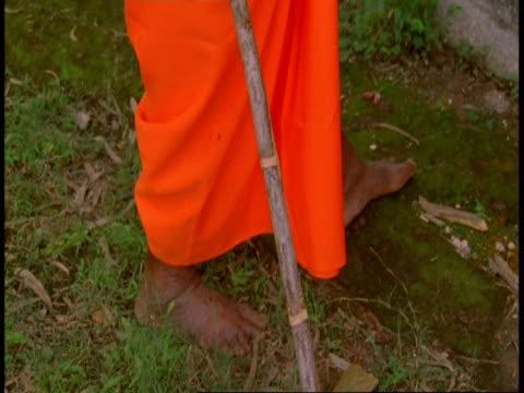 vídeos de stock e filmes b-roll de cu tilt up hindu priest outside temple, india - só um homem idoso