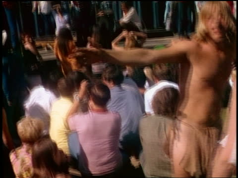 vídeos de stock e filmes b-roll de tilt up hippies dancing in front of rock band playing onstage outdoors - rock and roll clássico