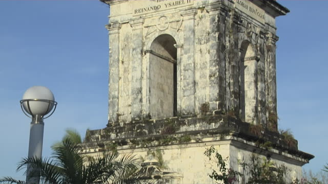 tilt up magellan monument cebu bohol philippines - monumente stock-videos und b-roll-filmmaterial