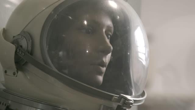 tilt up, mannequin in astronaut suit - 宇宙服点の映像素材/bロール