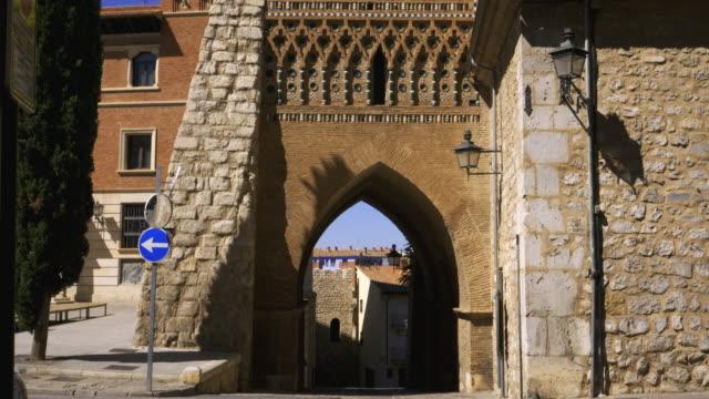 vídeos y material grabado en eventos de stock de tilt up, mudéjar tower of san martin against clear blue sky, teruel, aragón, spain - arco característica arquitectónica