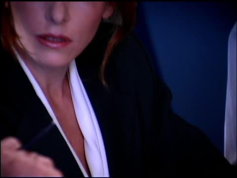 vidéos et rushes de tilt up of businesswoman - une seule femme d'âge moyen