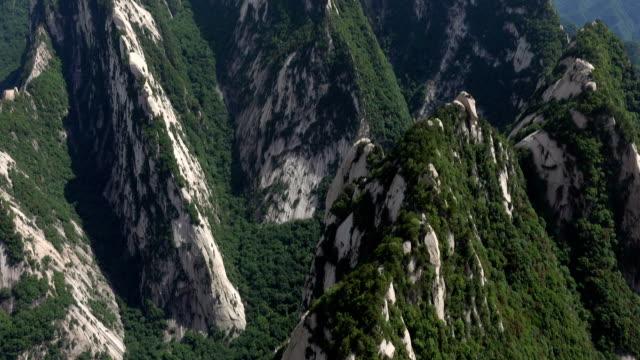 kippen sie die majestätische landschaft des mt. hua - unesco welterbestätte stock-videos und b-roll-filmmaterial