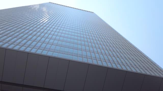 4kチルトアップオフィスビルと空 - 斜めから見た図点の映像素材/bロール