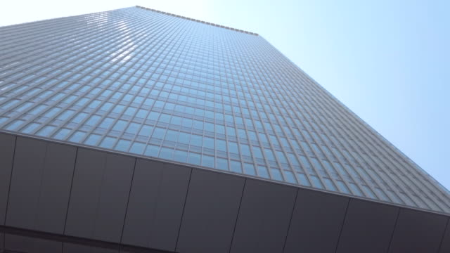 stockvideo's en b-roll-footage met 4k tilt up kantoorgebouw en hemel - bovenste deel