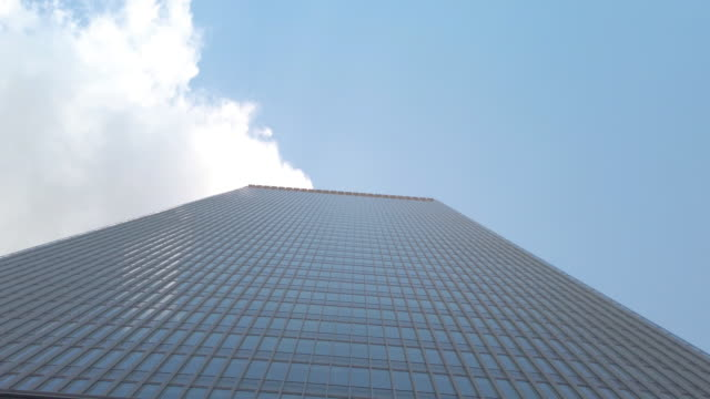 vídeos y material grabado en eventos de stock de 4k inclinar el edificio de oficinas y el cielo - vista inclinada