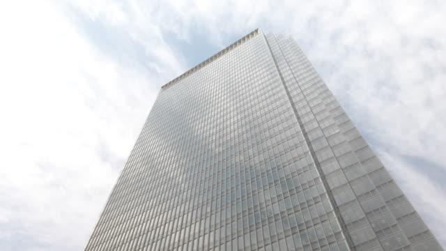 4k 傾斜辦公樓和天空 - panning 個影片檔及 b 捲影像