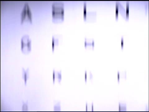 stockvideo's en b-roll-footage met tilt up on eye chart - opticien