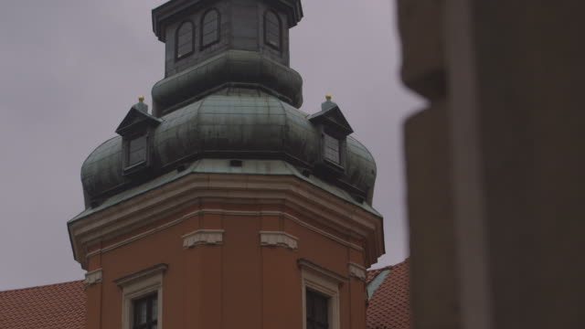 tilt up one of the towers of the royal castle in warsaw, poland. - dacherker stock-videos und b-roll-filmmaterial