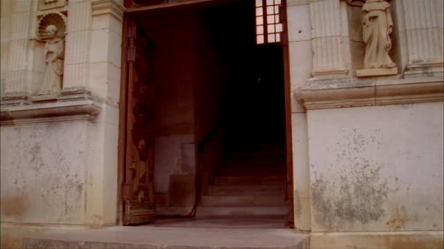 vídeos y material grabado en eventos de stock de tilt up open doorway flanked by statues to frieze of chateau de clos de vougeot / burgandy, france - entabladura
